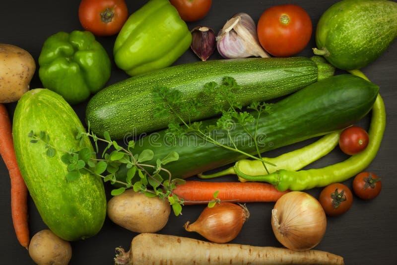 Verschiedene Arten des Gemüses auf einem alten Holztisch Verkäufe des Frischgemüses stockfotos