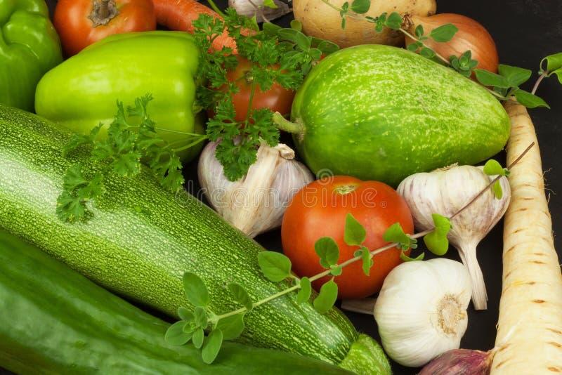 Verschiedene Arten des Gemüses auf einem alten Holztisch Verkäufe des Frischgemüses lizenzfreies stockbild