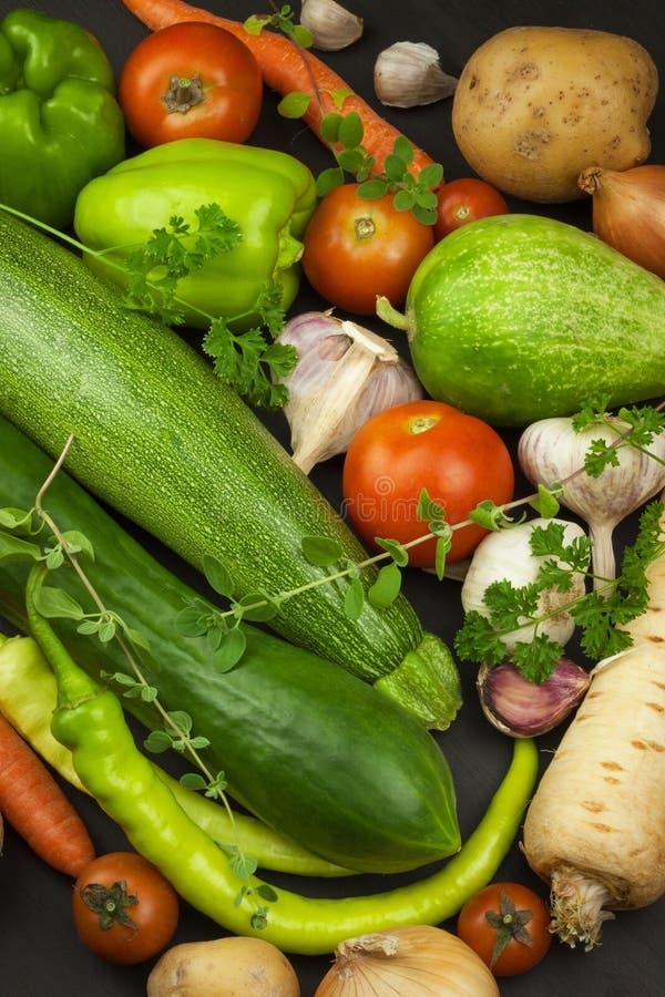 Verschiedene Arten des Gemüses auf einem alten Holztisch Verkäufe des Frischgemüses stockfotografie