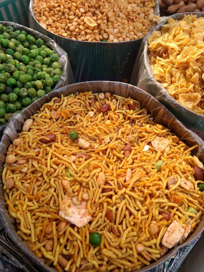 Verschiedene Arten des Inders namkeen und die wohlschmeckenden Imbisse, die auf dem Markt verkaufen lizenzfreie stockbilder