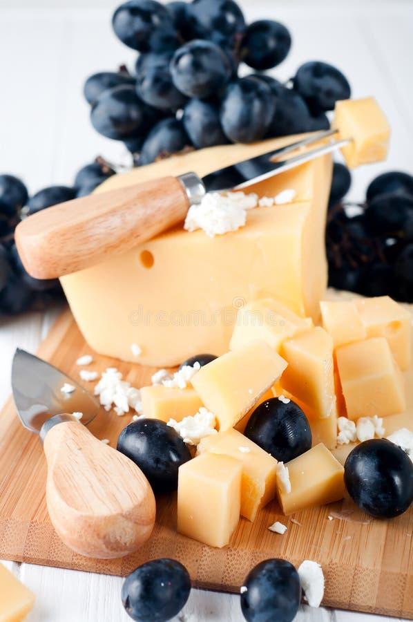 Verschiedene Arten des Käses auf einer Platte lizenzfreie stockfotos