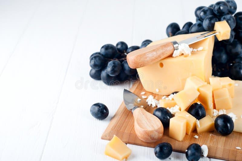 Verschiedene Arten des Käses auf einer Platte lizenzfreie stockfotografie
