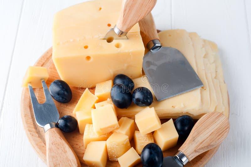 Verschiedene Arten des Käses auf einer Platte lizenzfreies stockfoto
