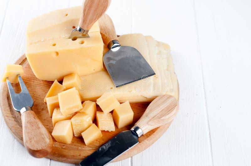 Verschiedene Arten des Käses auf einer Platte stockfoto