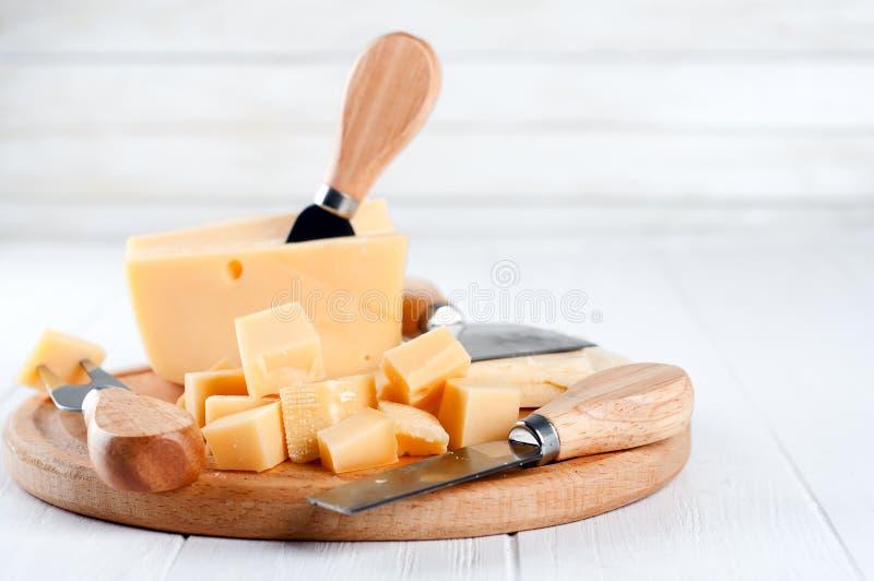 Verschiedene Arten des Käses auf einer Platte stockbild