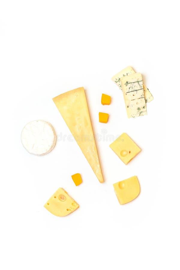 Verschiedene Arten des köstlichen Käses auf weißem Hintergrund stockfoto