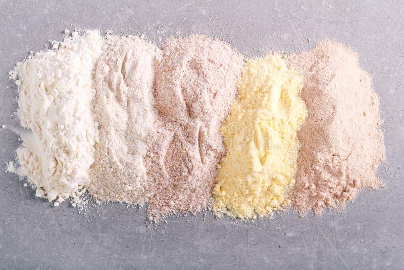 Verschiedene Arten des Mehls stockfotos