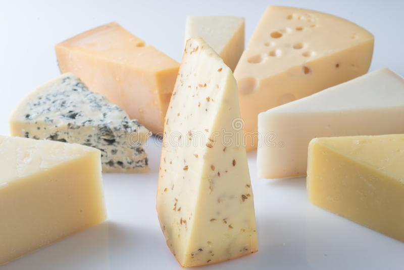 Verschiedene Arten von den Käsen lokalisiert auf weißem Hintergrund lizenzfreie stockfotos