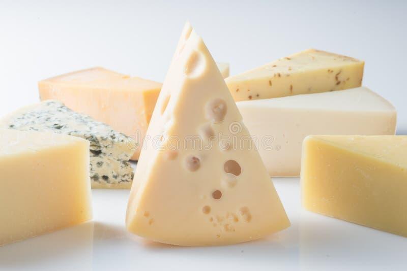 Verschiedene Arten von den Käsen lokalisiert auf weißem Hintergrund stockfotos