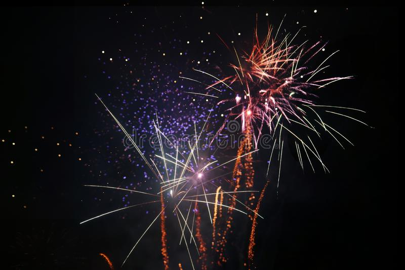 Verschiedene Arten von Feuerwerken an einer nationalen Feier lizenzfreie stockfotografie