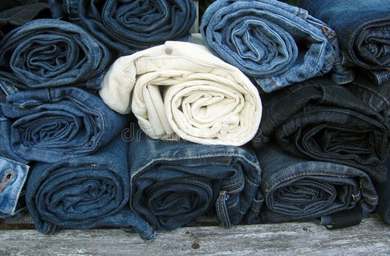 Verschiedene Arten von Jeans stockfotos