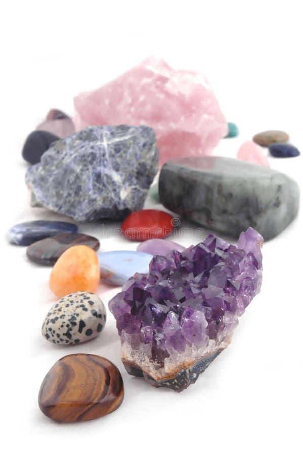 Verschiedene Arten von Kristallen auf weißem Hintergrund stockbilder