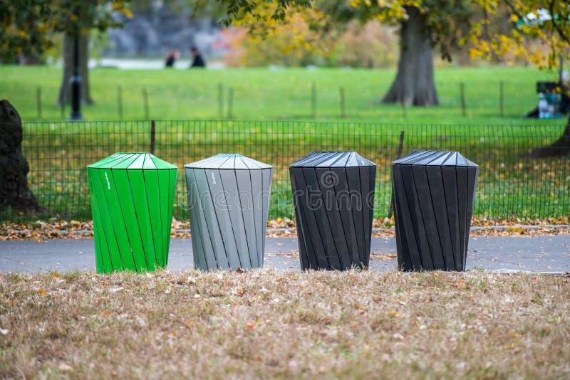 Verschiedene Arten von Mülltonnen für das Abfallsortieren lizenzfreies stockbild