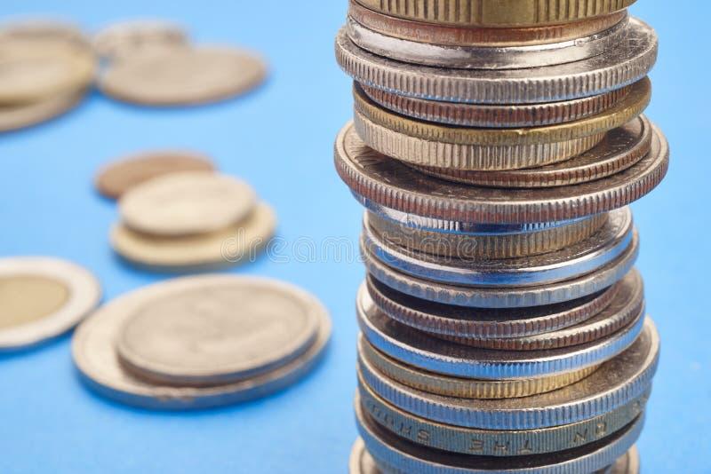 Verschiedene Arten von Münzen über einem blauen Hintergrund Makrodetail stockbild