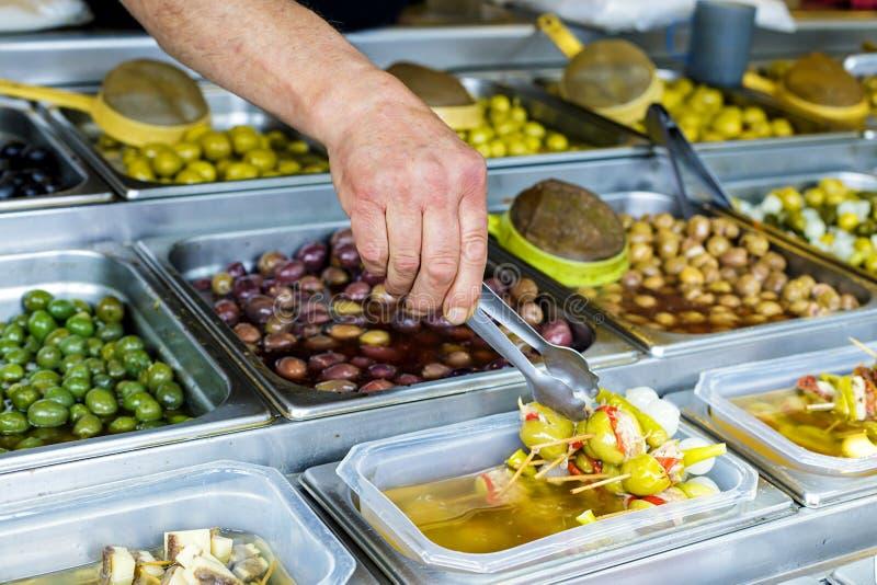 Verschiedene Arten von Oliven an Straßenmarkt in Spanien lizenzfreie stockfotos