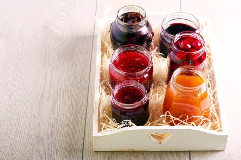 Verschiedene Arten von selbst gemachten Staus und Konserven der Frucht stockfoto