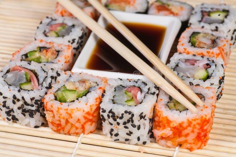 Verschiedene Arten Von Sushi In Einer Platte Stockbild - Bild Von E Japanisch 32191087
