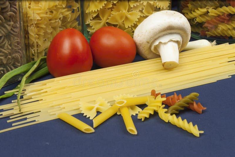 Verschiedene Arten von Teigwaren auf dem Tisch lizenzfreie stockfotos