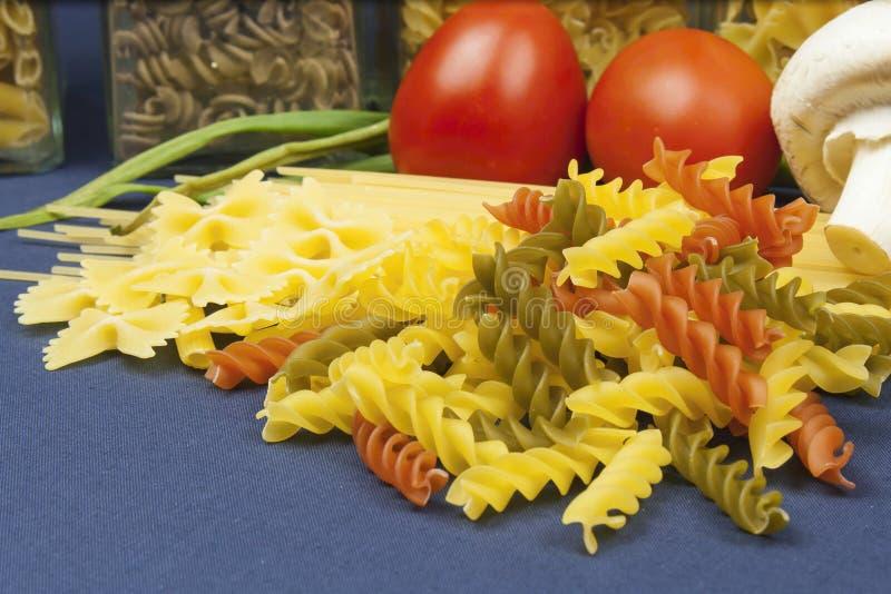 Verschiedene Arten von Teigwaren auf dem Tisch stockfotografie
