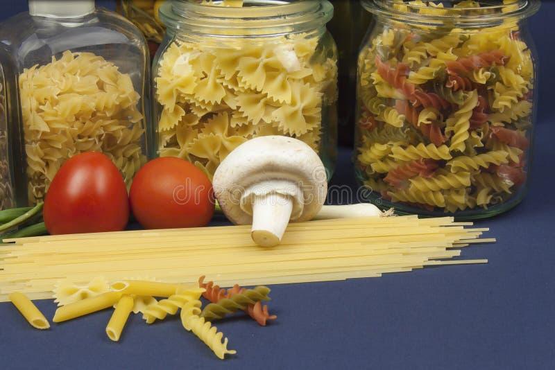 Verschiedene Arten von Teigwaren auf dem Tisch stockfotos