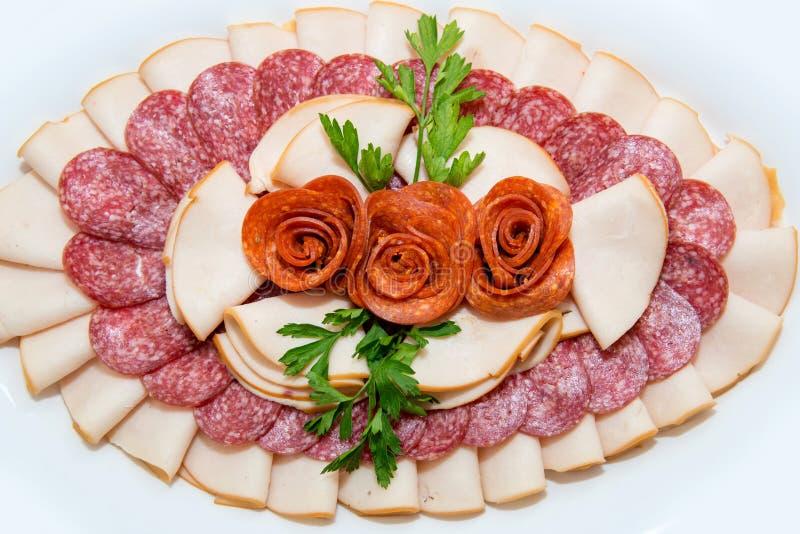 Verschiedene Arten Zartheit des Fleisches und des Käses vereinbarten in einer Platte über hellem Hintergrund stockfoto