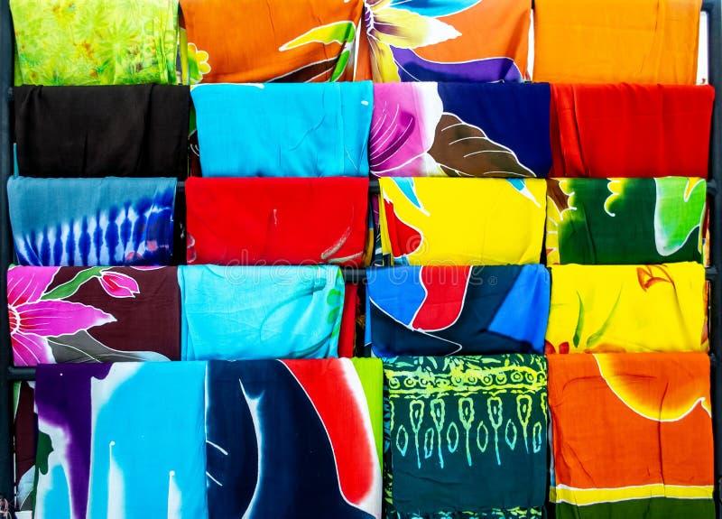 Verschiedene Auswahl an traditionellen Batik Bali, die oft als Sarong Beach Wear verwendet lizenzfreies stockbild