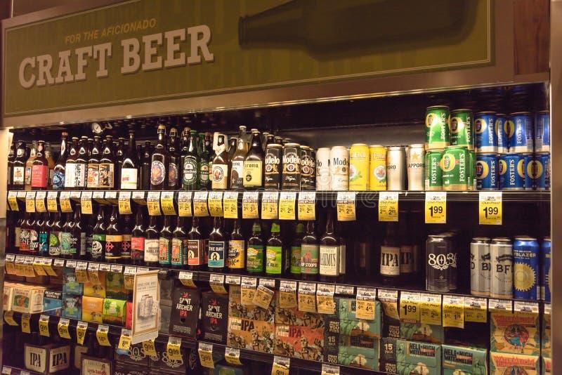 Verschiedene Auswahl von Bierflaschen auf Anzeige am Supermarkt lizenzfreies stockfoto