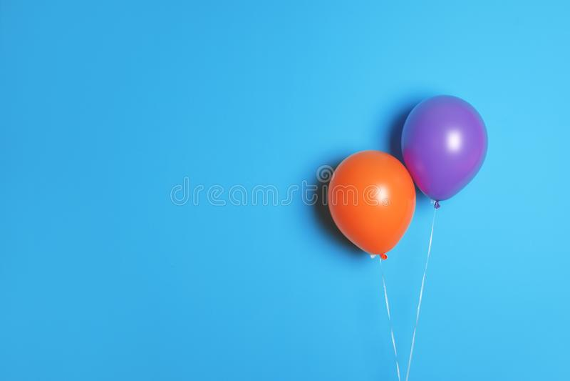 Verschiedene Ballone auf Farbhintergrund stockfoto