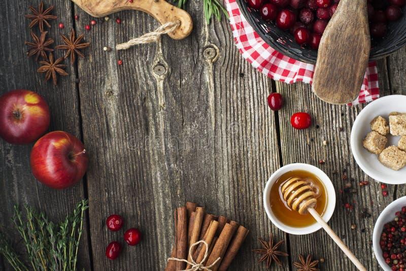 Verschiedene Bestandteile für Wintersaisonbacken und andere Rezepte, Granatapfel, Honig, orezhi, Äpfel, Persimonen, Kräuter lizenzfreie stockfotos