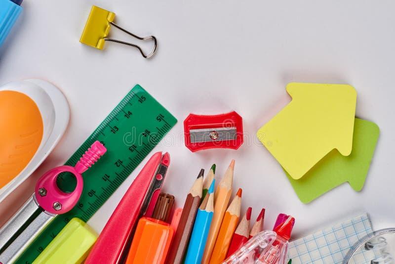 Verschiedene Briefpapierschule und -Büroartikel stockbilder