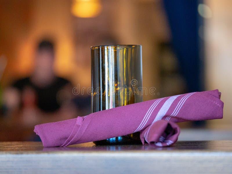 Verschiedene Einzelteile auf einer Restauranttabelle, Servietten, Kerze, Restaurants stockbild