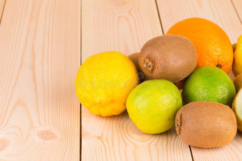 Verschiedene exotische Früchte auf hölzerner Tabelle stockfotografie