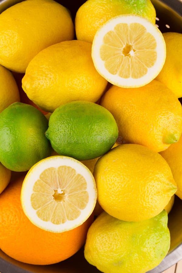 Verschiedene exotische Früchte auf hölzerner Tabelle lizenzfreies stockbild
