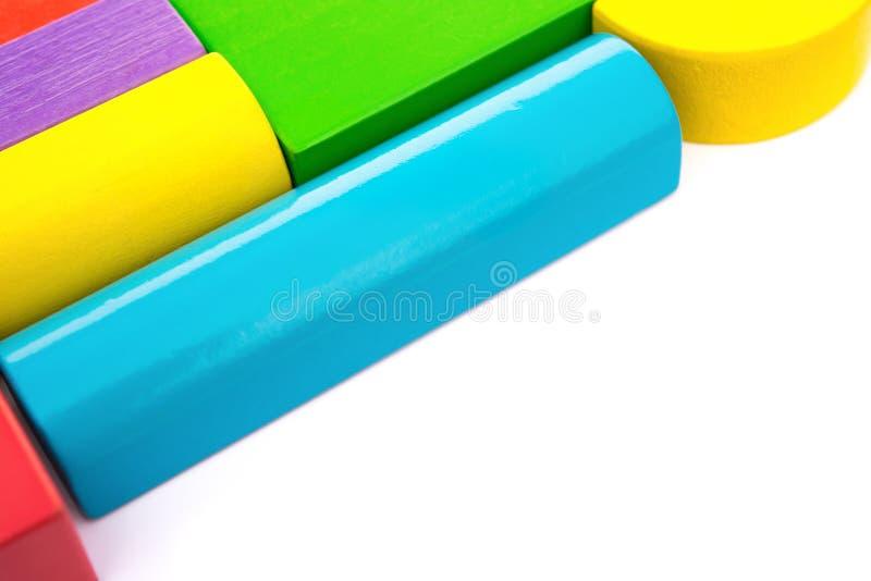 Verschiedene Farb- und der Formhölzerne Bauklötze auf weißem Hintergrund stockbild