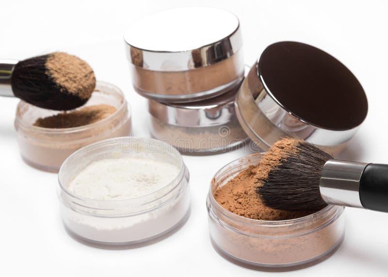Verschiedene Farben des losen kosmetischen Pulvers mit Make-upbürsten stockbild