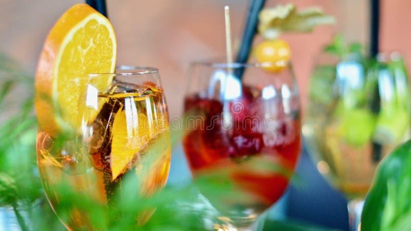 Verschiedene farbige Cocktailgetränke