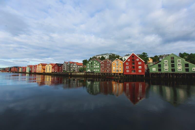 verschiedene farbige h user in trondheim norwegen stockfoto bild von h user stadt 77322058. Black Bedroom Furniture Sets. Home Design Ideas