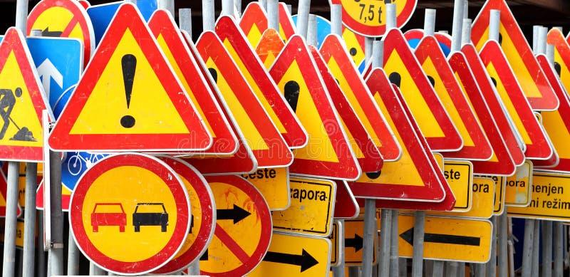 Verschiedene farbige Verkehrsschilder lizenzfreie stockfotos