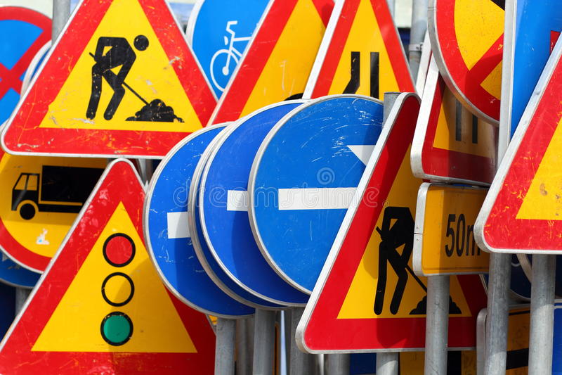 Verschiedene farbige Verkehrsschilder stockbilder