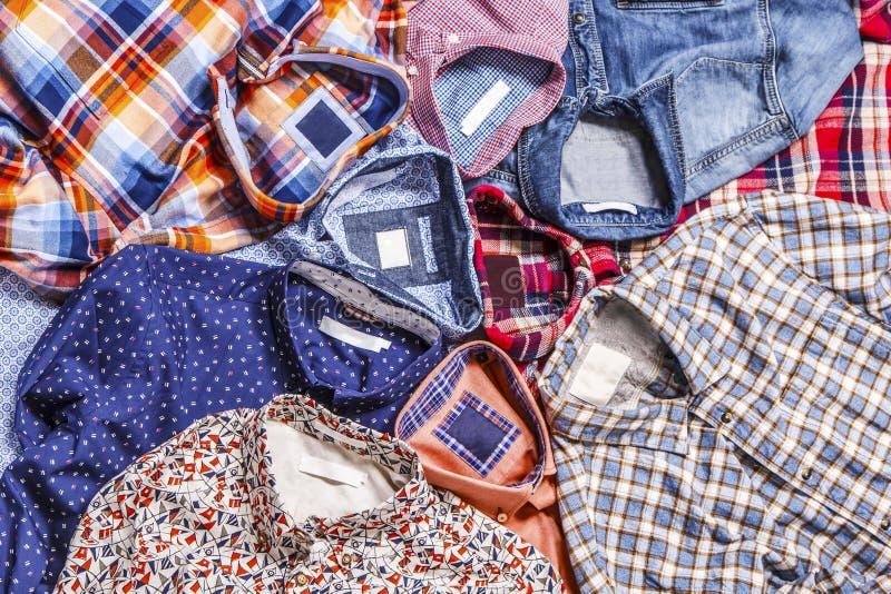 Verschiedene Farbmännliche Hemden, die auf einander legen lizenzfreies stockfoto