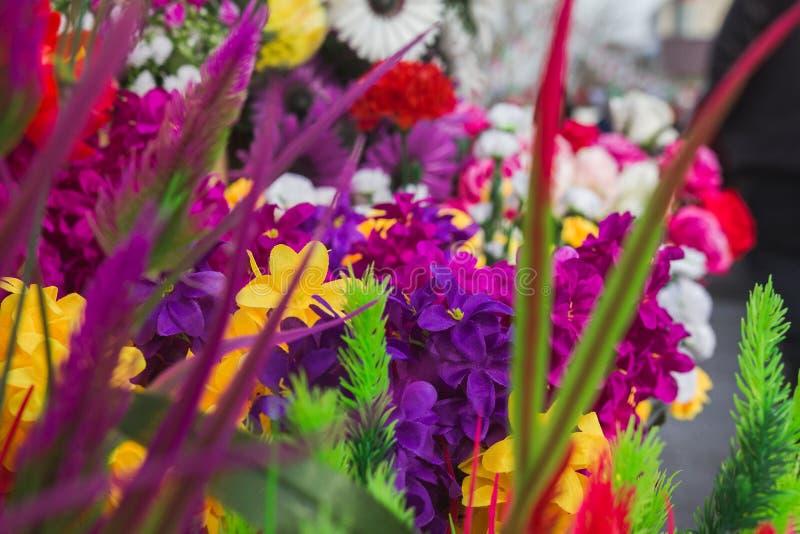 Verschiedene Farbplastikblumen stockfotografie