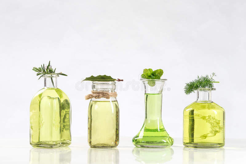 Verschiedene Flasche ätherische Öle und Wesentliche von frischen Anlagen stockfoto