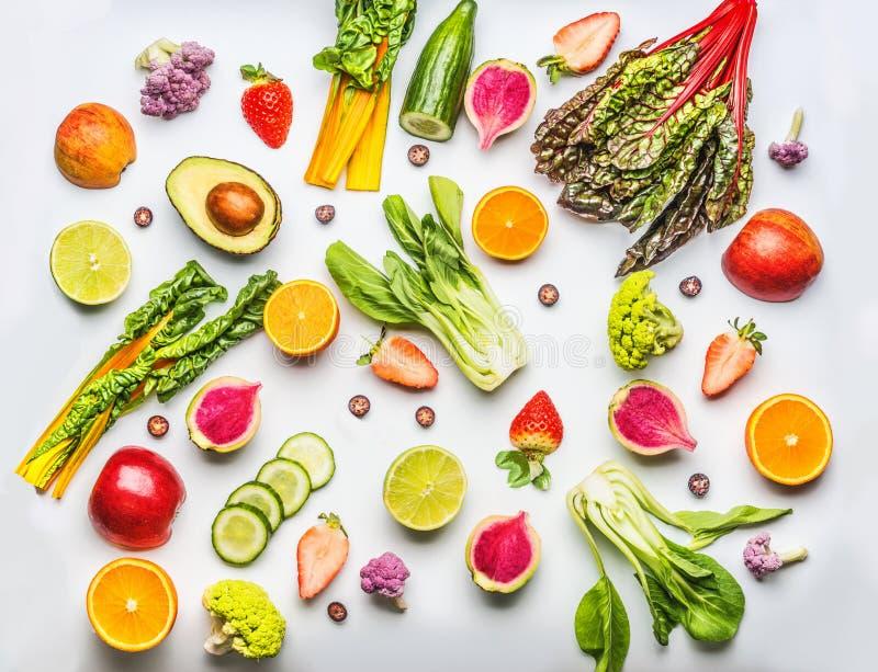 Verschiedene Früchte, Beeren und Gemüse auf weißem Hintergrund, Draufsicht Lebensmittelebenenlage Gesunder Lebensstil lizenzfreie stockfotos