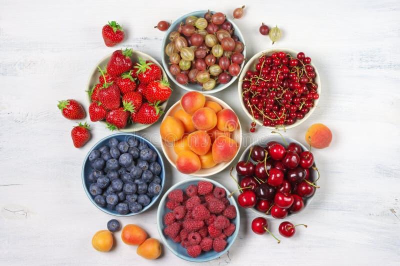 Verschiedene Früchte in den Schüsseln lizenzfreies stockbild