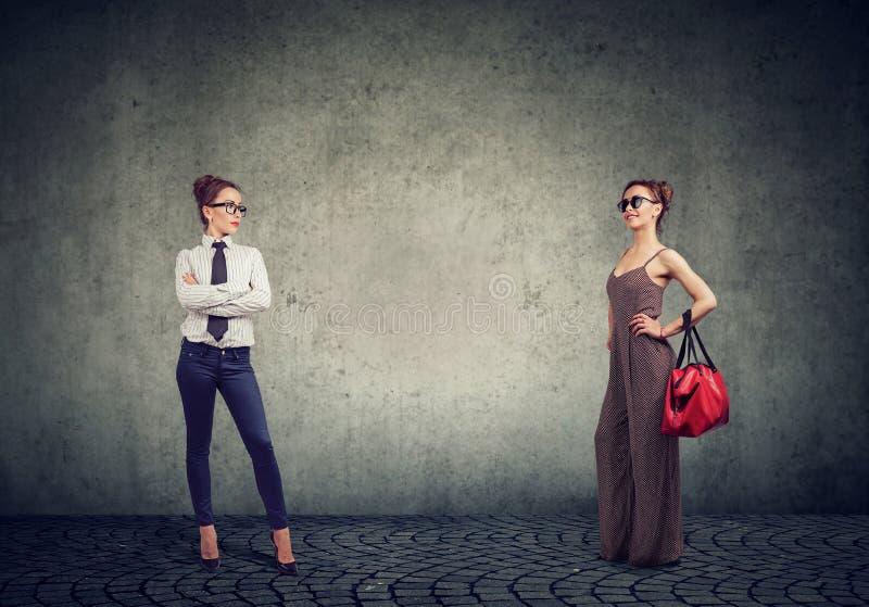 Verschiedene Frauen in den formalen und modernen Ausstattungen lizenzfreie stockfotos