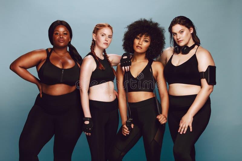 Verschiedene Frauengruppe in der Sportkleidung lizenzfreie stockbilder