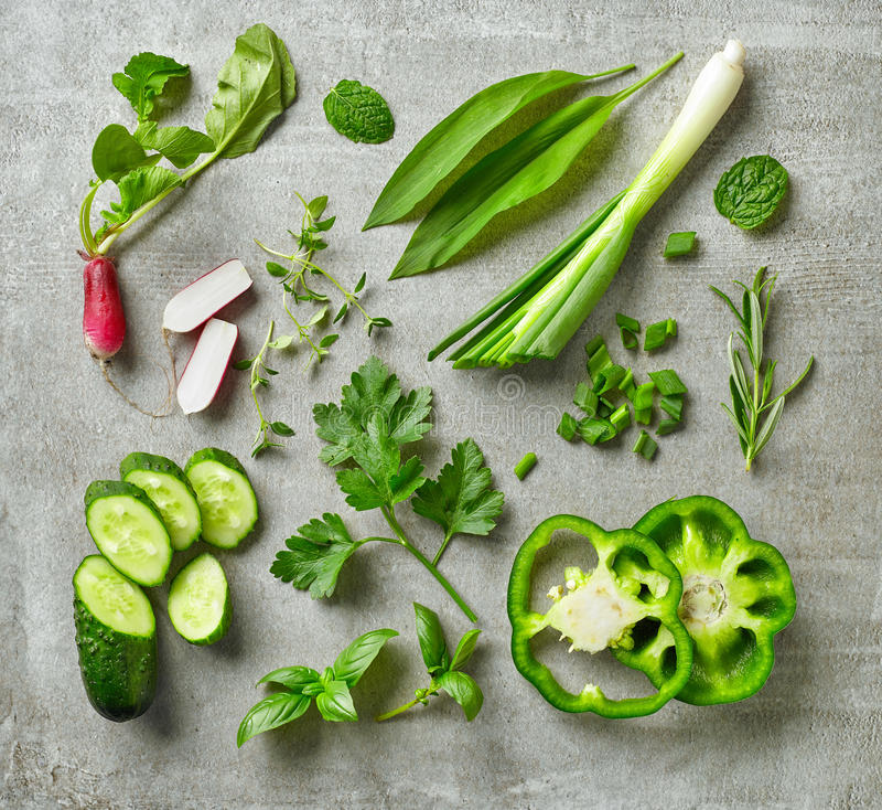 Verschiedene frische Kräuter und Gemüse lizenzfreie stockfotos