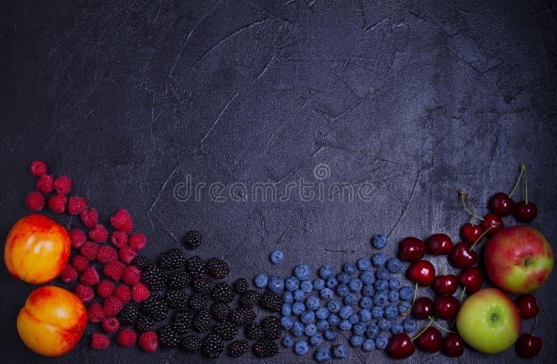 Verschiedene frische Sommerbeeren Mischung von Früchten und von Beeren auf schwarzem Hintergrund Fruchtfahne lizenzfreie stockfotografie