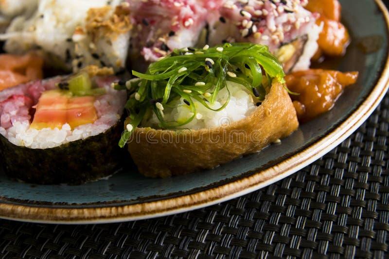 Verschiedene frische Sushi Rolls auf Platten-Meerespflanze lizenzfreies stockfoto