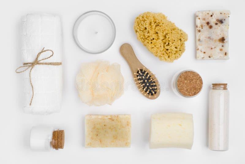 Verschiedene Gegenstände der persönlichen Hygiene lokalisiert auf weißem Hintergrund, Draufsicht stockfotografie